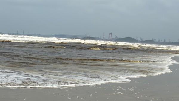 Vệt bãi biển cạnh KCC Dung Quất với nước màu nâu đen kèm nhiều bọt