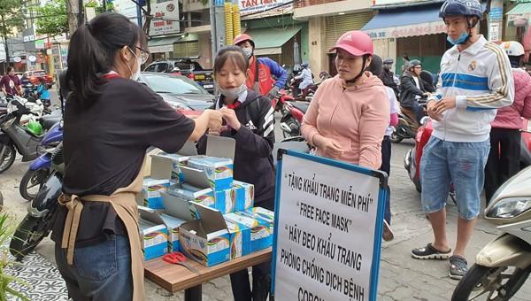 Hình nảnh đẹp của một cửa hiệu thuốc phát khẩu trang miễn phí tại Đà Nẵng
