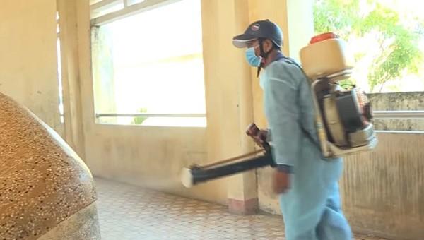 Phun thuốc khử trùng trong trường học tại Quảng Ngãi