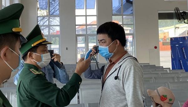 Các lực lượng chức năng Quảng Ngãi kiểm tra y tế người dân .