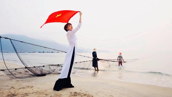 Người dân Đà Nẵng chào mừng Ngày Giải phóng miền Nam, thống nhất đất nước. (Ảnh: Tuấn Lê)