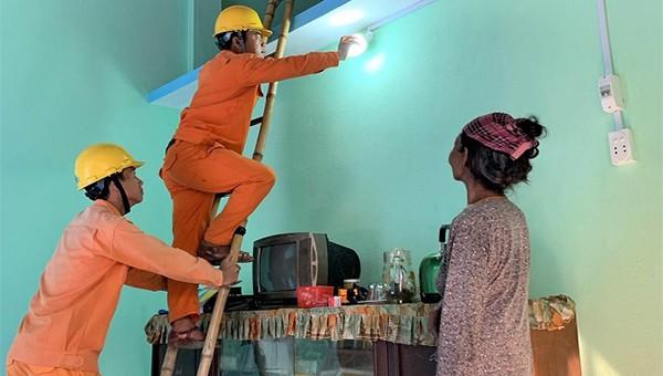 Chi đoàn Điện lực Sơn Hà triển khia chỉnh trang thiết bị điện cho Nhà tình nghĩa