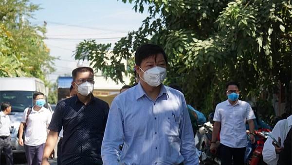 Phó viện trưởng Viện vệ sinh dịch tễ TW kiểm tra tại khu vực bệnh nhân nghi nhiễm Covid-19