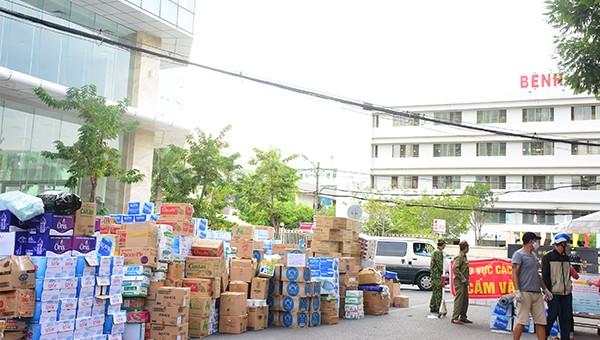 """Người Đà Nẵng """"chi viện"""" nhu yếu phẩm cho các bệnh viện bị phong tỏa."""