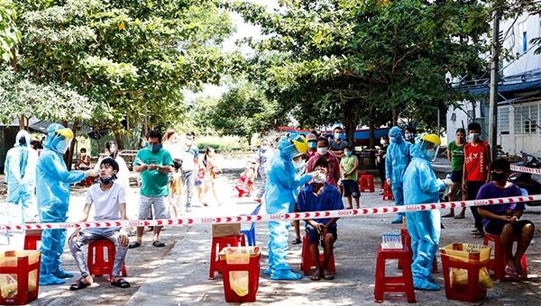 Lấy mẫu dịch hầu họng cho người dân tại khu vực quận Sơn Trà, Đà Nẵng