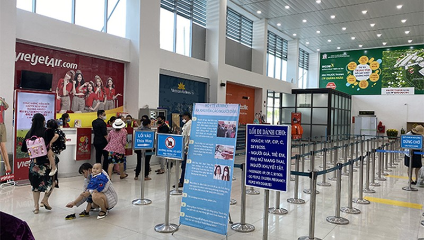Du khách làm thủ tục tại sân bay Chu Lai, Quảng Nam.