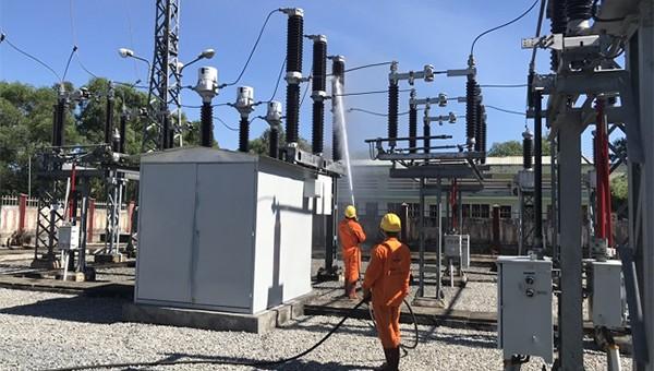 Tnưg cường kiểm tra thiết bị trên lưới điện 110kV trong mùa nắng nóng