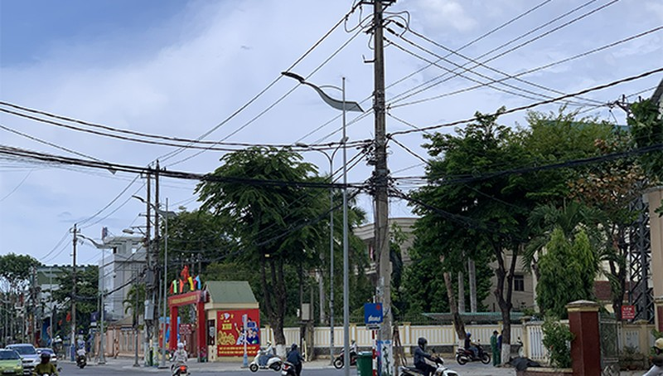 Sợi cá viễn thông treo trên cột điện gây nên cảnh ngổn ngang ở đường phố Quảng Ngãi
