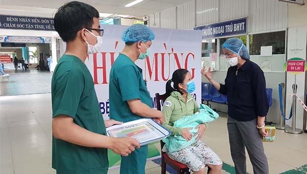Đà Nẵng: Sản phụ mắc Covid-19 khỏi bệnh và xuất viện cùng con