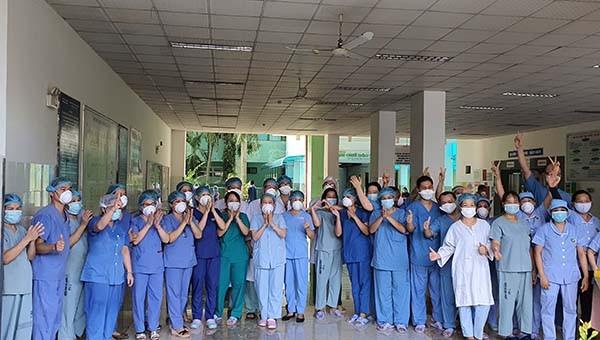Vỡ òa niềm vui gõ bỏ lệnh cách ly y tế của Bệnh viện Đà Nẵng sau gần 1 tháng
