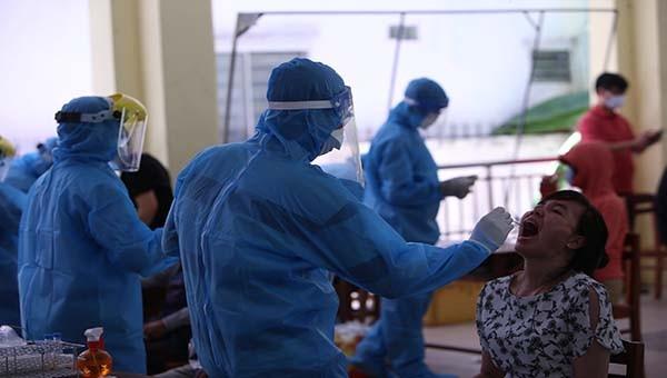 Lấy mẫu xét nghiệm tại Đà Nẵng để truy vết người mắc Covid-19.