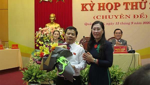 Bí thư tỉnh ủy Quảng Ngãi Bùi Thị Quỳnh Vân chúc mừng tân Chủ tịch tỉnh Quảng Ngãi.