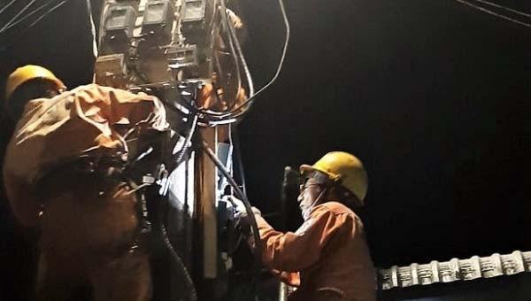 Xuyên đêm khắc phục sự cố trên lưới điện.