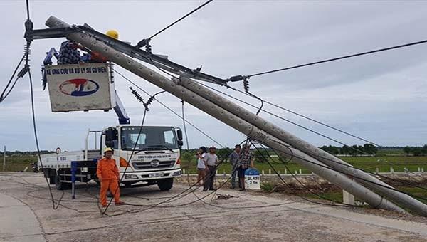 Cột điện bị gãy đổ tại Huế