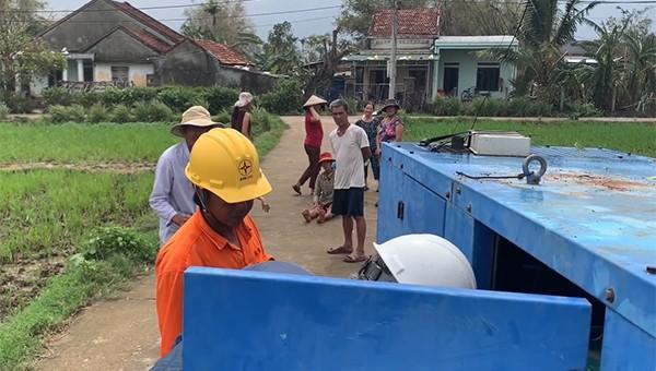 Cấp điện tạm thời cho các hộ dân thôn Làng Cầu sau bão số 9