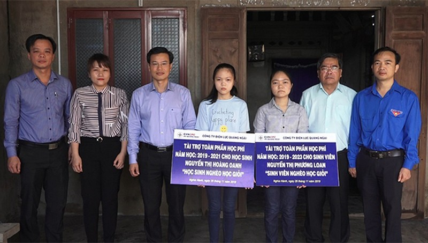PC Quảng Ngãi trao học bổng cho học sinh nghèo vượt khó ở Hành Thuận huyện Nghĩa Hành