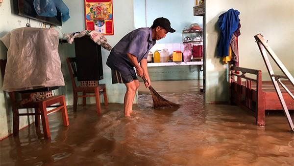 Bão, lũ nối tiếp, nhiều khu dân cư Quảng Ngãi chìm trong nước