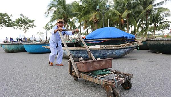 Người dân Đà Nẵng chuẩn bị ứng phó bão số 13.