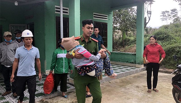 Công an Đà Nẵng vận động, hỗ trợ dân di dời đến nơi an toàn để tránh bão số 13.