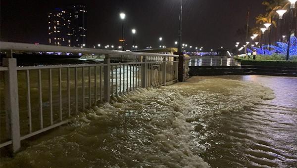 Lần đầu nước sông Hàn tràn lên phố, phá hỏng kè đường bờ Tây