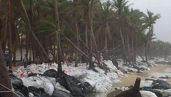 Bờ biển Hội An bị hư hỏng tan hoang sau đợt bão số 13 vừa qua