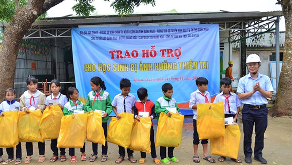 PC Quảng Ngãi trao quà hỗ trợ học sinh và các hộ gia đình vùng bị ảnh hưởng bão