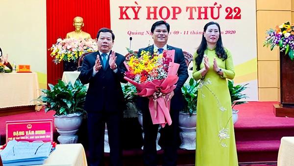 Bí thư Bùi Thị Quỳnh Vân và Chủ tịch UBND tỉnh Quảng Ngãi Đặng Văn Minh chức mừng tân Phó Chủ tịch UBND tỉnh Trần Phước Hiền.