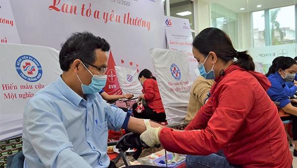 """PC Quảng Ngãi: 165 đơn vị máu được hiến tặng nhân """"Tuần lễ hồng EVN"""" 2020"""