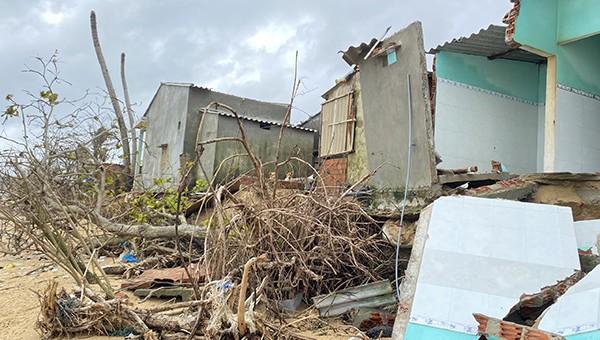 Sạt lở bở biển gây sập nhà dân tại huyện Bình Sơn.