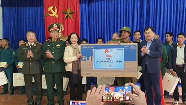 Trưởng Ban dân vận Trung ương Trương Thị Mai và đoàn công tác thăm, tặng quà tại Trà Leng Quảng Nam