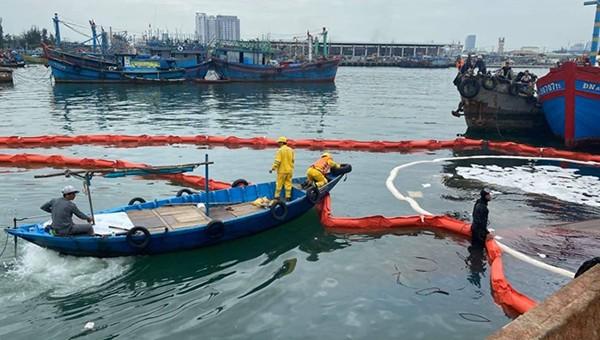 Tràn dầu tại cảng cá Âu thuyền Thọ Quang