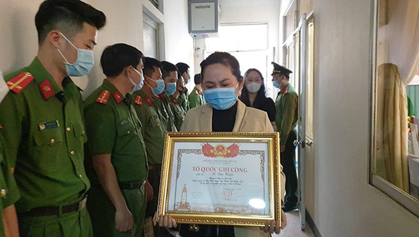 Trao tặng Bằng Tổ quốc ghi công cho thân nhân 2 liệt sĩ Công an Đà Nẵng