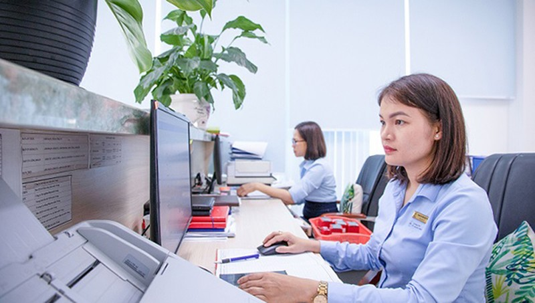 Nhân viên văn thư PC Quảng Ngãi thực hiện luân chuyển văn bản trên chương trình CPC-eOffice