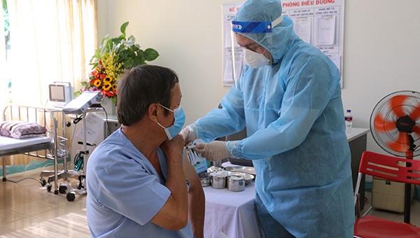 Hình ảnh tiêm chủng 100 liều vaccine Covid-19 đầu tiên tại Đà Nẵng