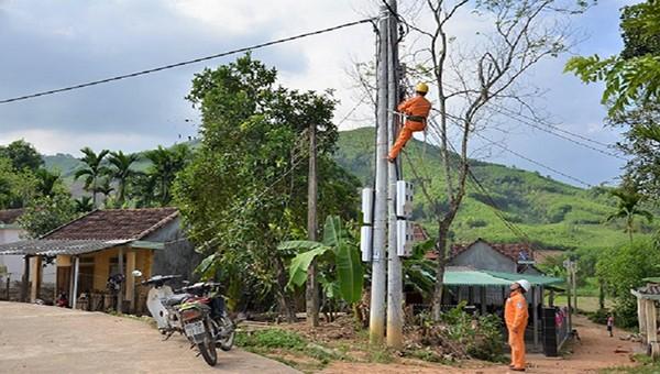 Công nhân điện lực kiểm tra đường dây điện tại huyện Minh Long.