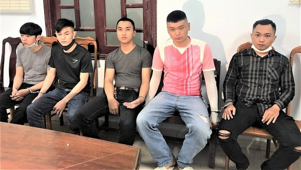 Cường, Sang, Bảo, Giang, Huy (từ trái sang phải) tại cơ quan công an.