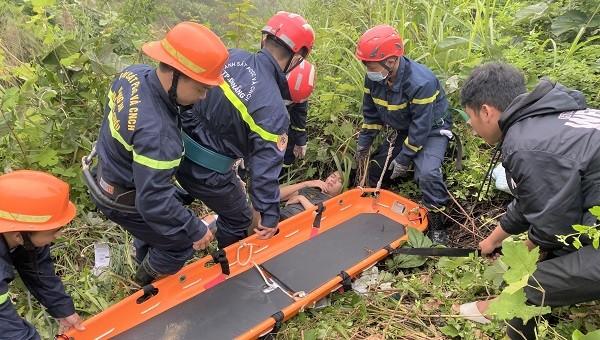 Cứu thanh niên chạy xe máy bị rơi xuống vực sâu 30 mét trên đèo Hải Vân