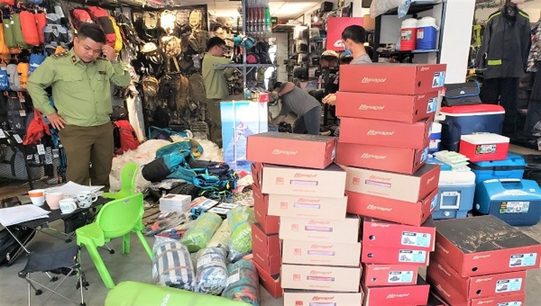 Lực lượng Quản lý thị trường kiểm tra tại một cửa hàng