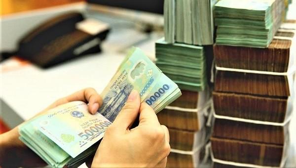 Một nhân viên ngân hàng chiếm dụng tiền vay vốn của khách hàng (ảnh minh hoạ)
