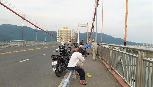 Người dân trông ngóng tung tích nam sinh 20 tuổi nhảy cầu Thuận Phước.