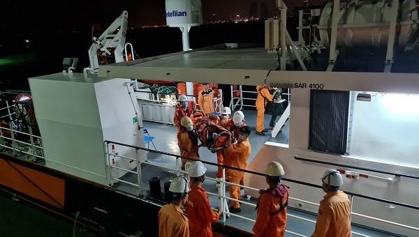 Xuyên đêm cứu 2 ngư dân bị tai nạn lao động trên biển