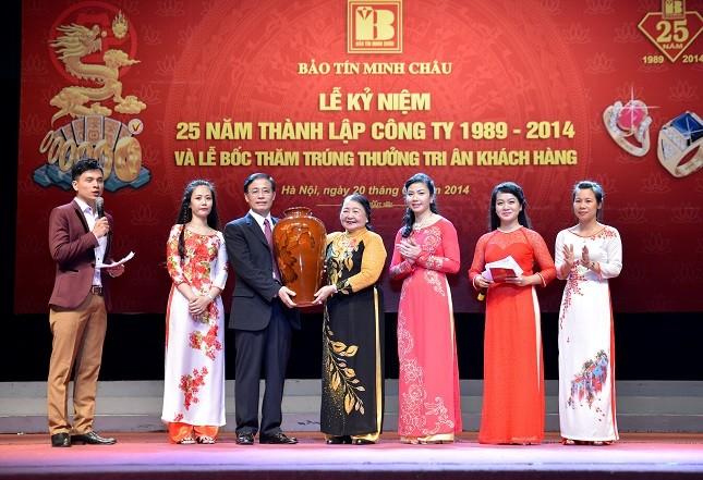 """Đại gia đình Bảo Tín tặng bình gốm sứ """"Sen đêm"""" chúc mừng Công ty Bảo Tín Minh Châu"""