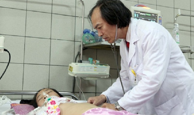Bệnh nhi bị viêm màng não điều trị tại BV Bạch Mai