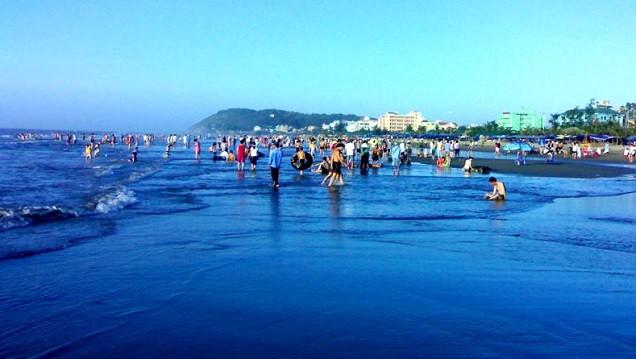 Du khách tắm biển tại bãi biển Sầm Sơn