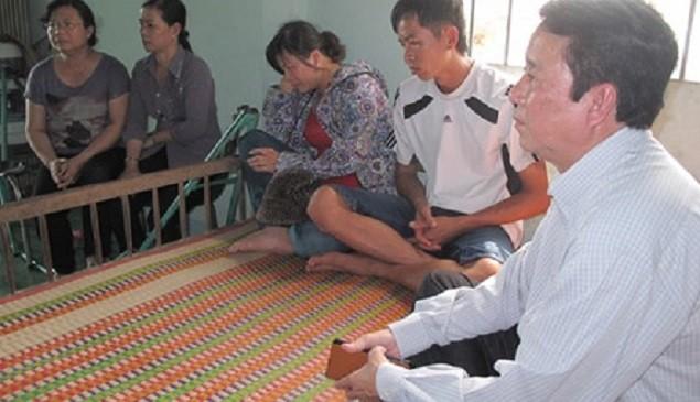 Ông Nguyễn Ngọc Ẩn, Giám đốc Trung tâm Y tế dự phòng tỉnh Đồng Tháp (bìa phải) đến chia buồn với gia đình cháu Trâm