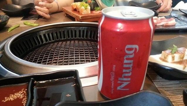 Những lon Coca-Cola in tên sẵn xuất hiện trên mọi bàn ăn thời gian gần đây
