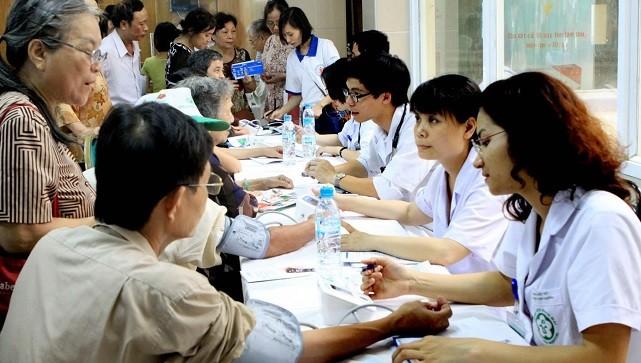 Khám, tư vấn về phòng, chống tăng huyết áp cho người dân ở Hà Nội