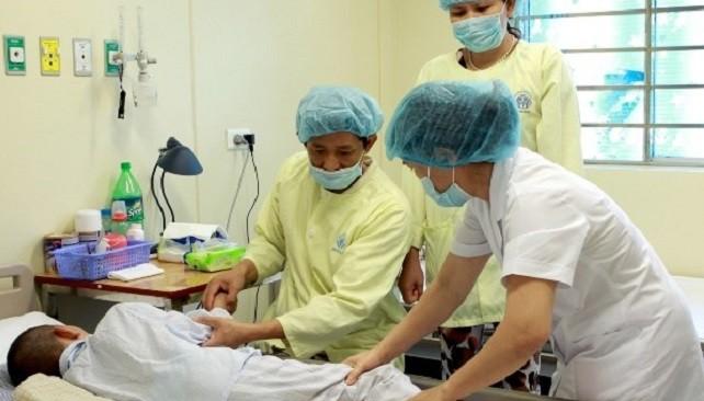 Bác sỹ điều trị cho bệnh nhân nhi