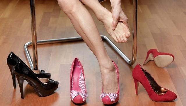 Mang giày cao gót thường xuyên dẫn tới viêm khớp, biến dạng ngón chân, bong gân và đau mỏi lưng