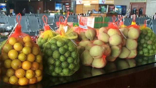 Nhiều loại hoa quả ghi nhãn đặc sản miền Bắc được bán tại sân bay Nội Bài